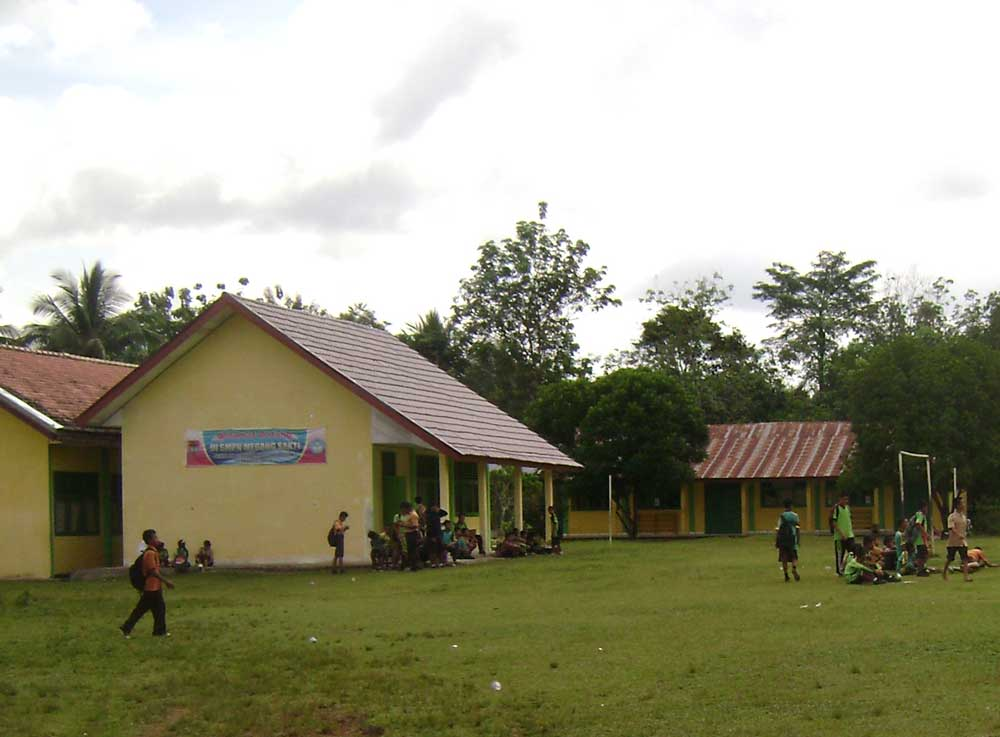 Lapangan Bola Ke Arah Gedung Smp Negeri Megang Sakti