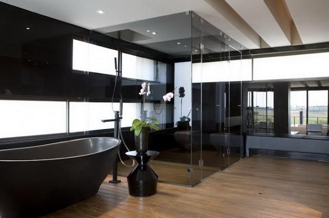 Ванная комната в 2х этажном доме с прозрачными стенами