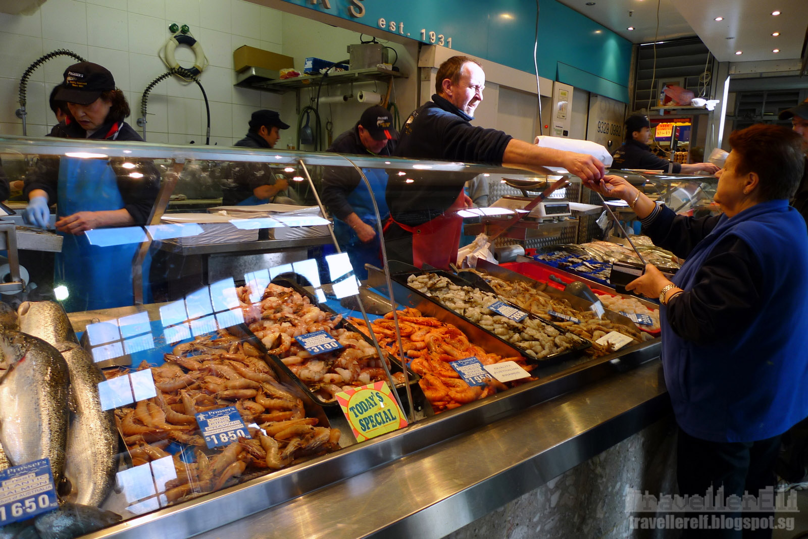 Queen victoria market melbourne travellerelf for Fish market queens