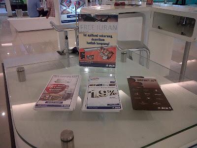 Contoh take one boxes di pameran kartu kredit. Tinggal Anda comot saja