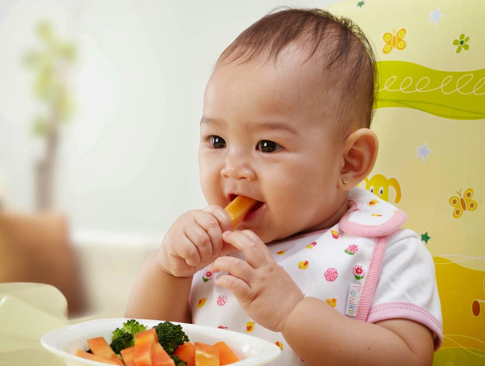 Gambar bayi-bayi makan sendiri