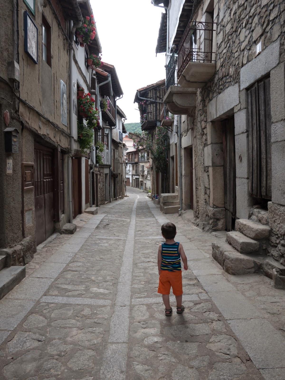 Niño en una calle de un pueblo