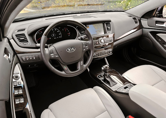 Interior view of 2014 Kia Cadenza