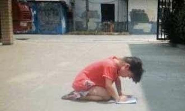 gadis di jemur dan berlutut