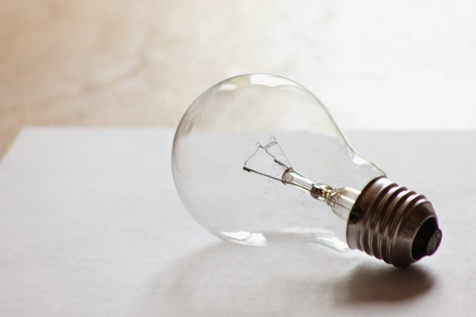 la bombilla de toda la vida tiende a durar entre y horas slo convierten en luz visible un de la energa consumida por lo que su eficacia