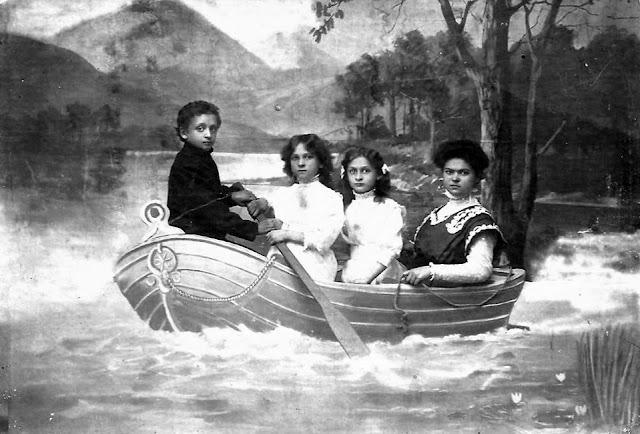 Kaplowie na niby łódce: od lewej Kazimierz, Amelia, Regina, Ewa.