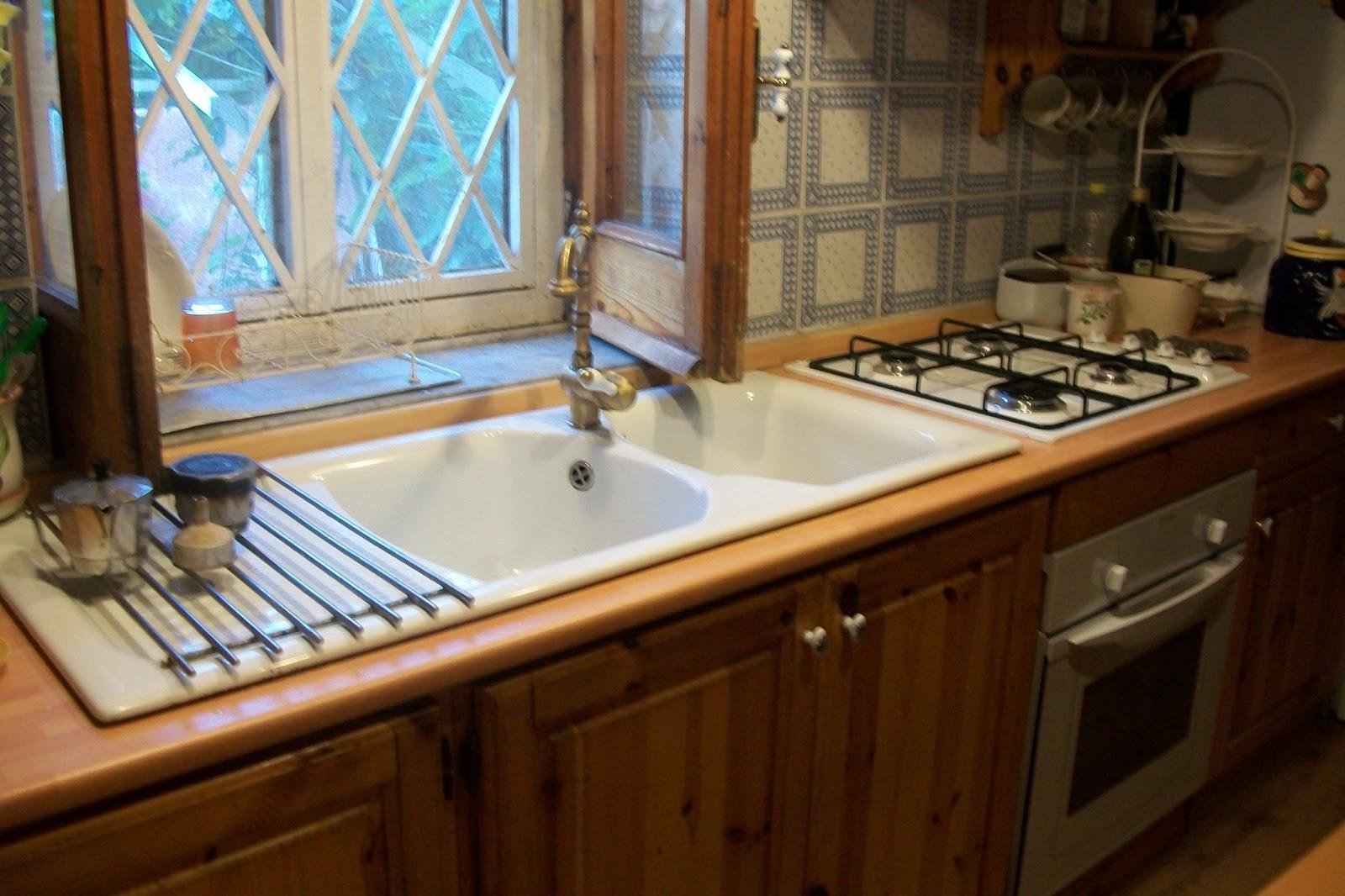 Cucina angolare con finestra ro82 regardsdefemmes for Case moderne sotto 2000 piedi quadrati