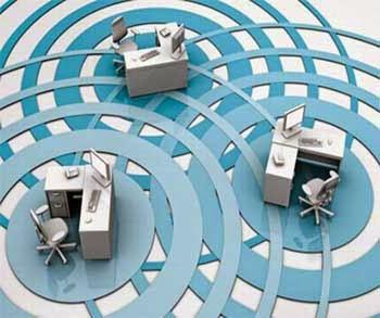 Varios escritorios de oficina con ordenadores de mesa en relación con el programa de implantación tecnológica en la Pymes granadinas