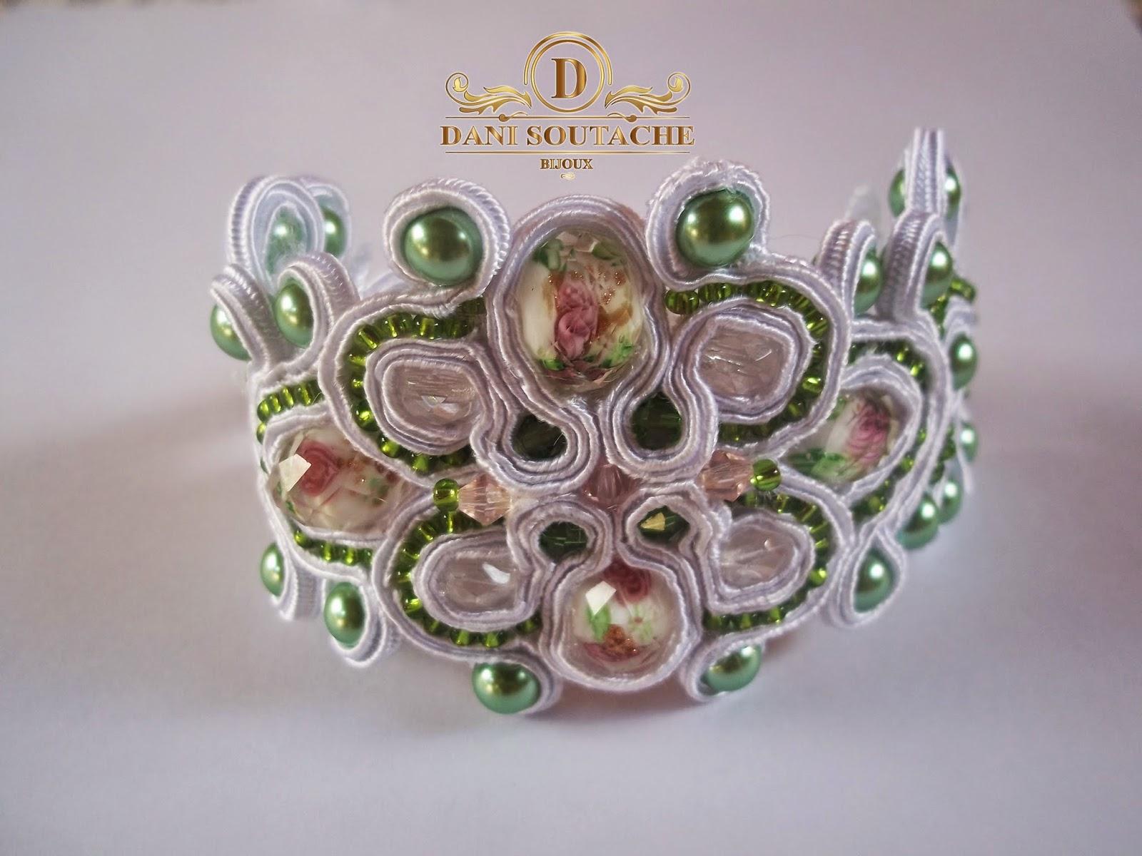 Pulseira em soutache branco e pérolas de vidro e miçangas jablonex verdes.