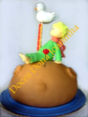 Bolo decorado Pequeno Príncipe Baby sentado no Planeta com a Rosa Vermelha