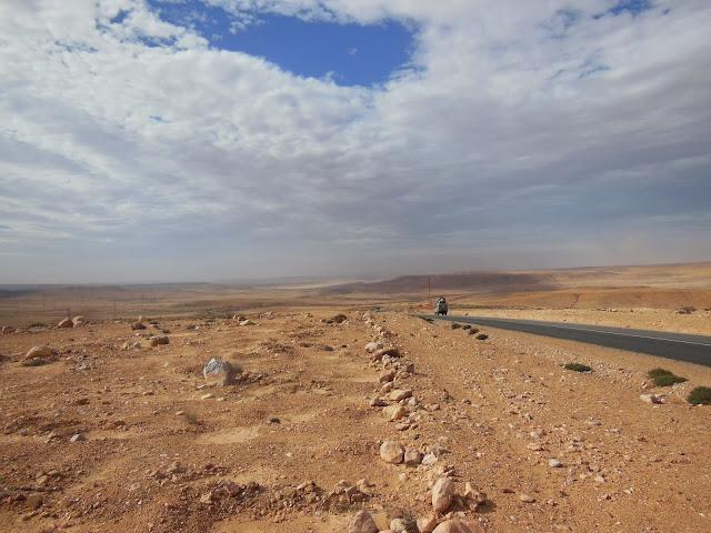Het is al schemerig en daar staan we dan. Gestrand in de Westelijke Woestijn.