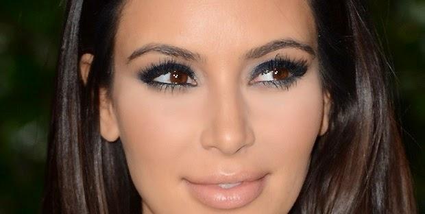 Passo a passo a maquiagem é a sombra azul escura de Kim Kardashian