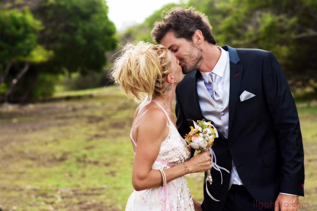 Les mariés s'embrassent sur fond de savane