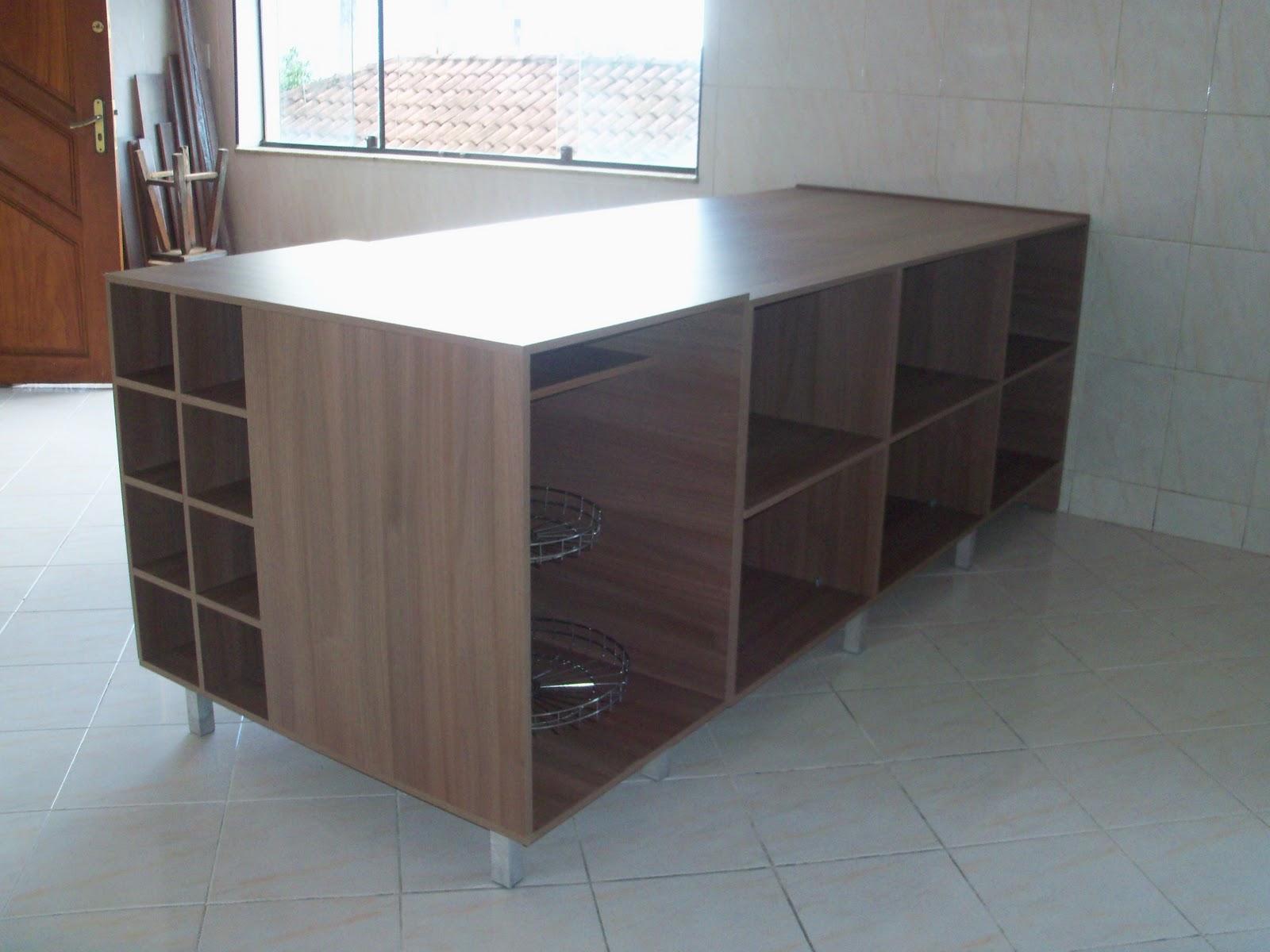 Bancada de cozinha com espaços para garrafas de vinho e fruteira  #644538 1600x1200