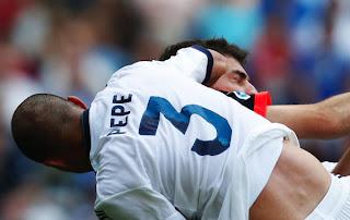 El central portugués Pepe tuvo que ser sustituído en el descanso y hospitalizado