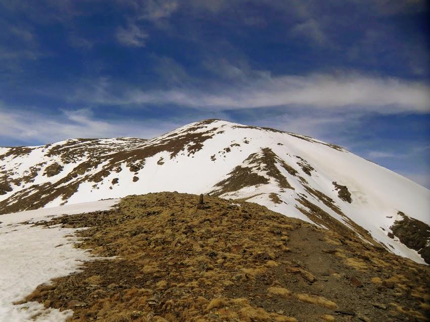 Cima del Pico Puigmal vista desde la Cima del Borrut en invierno.