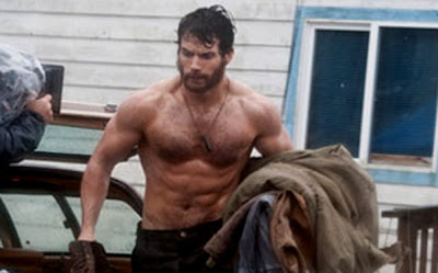 """Man of Steel"" set photos reveal Henry Cavill showing off his abs of steel"