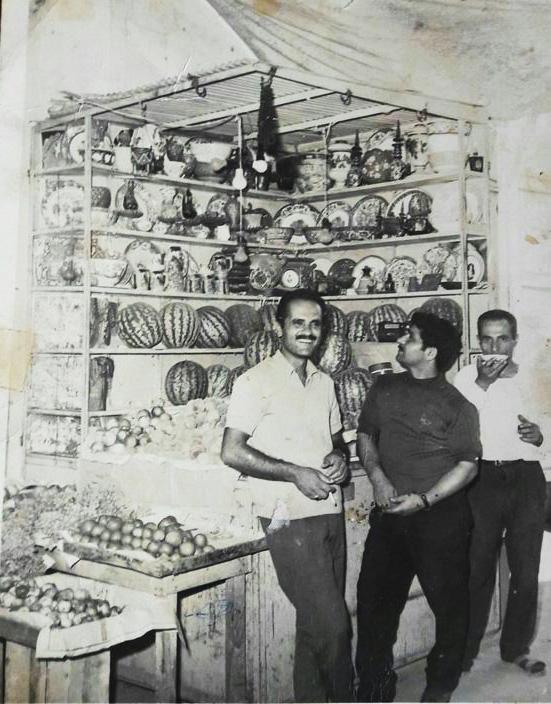 دکه میوه و عتیقه فروشی اول کوچه برق لاهیجان