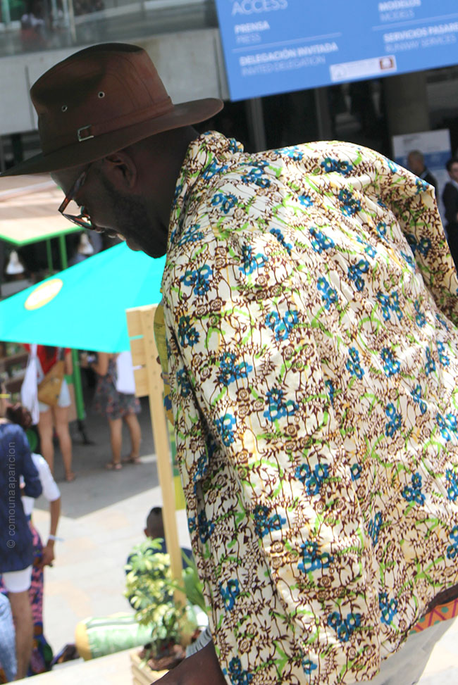 como-una-aparición-street-style-summer-prints-accesories-leather-hat-men-style-fashion-street-looks-fashion-colombian-bloggers-moda-en-la-calle