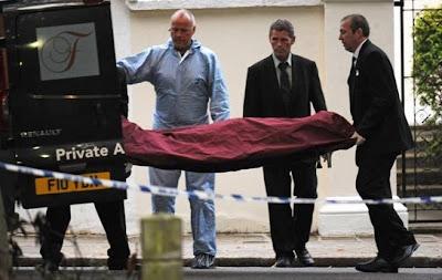 foto de amy winehouse muerta llevada por los paramédicos enfermeros a la ambulancia