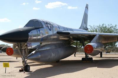 aeronaves - Davis-Monthan AFB - o maior cemitério de aeronaves do mundo  AMARC+-+B58+Hustler+at+PIMA