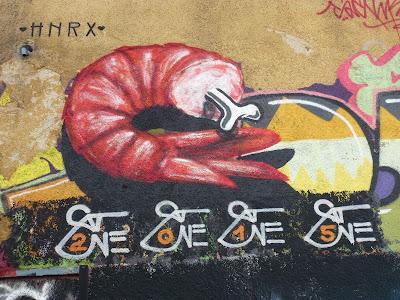 Shrimp mit Knochen auf dem Gelände Kunstpark Ost von SatOne - Großaufnahme