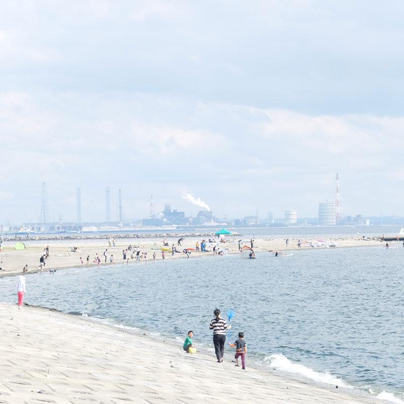 海と工場の写真