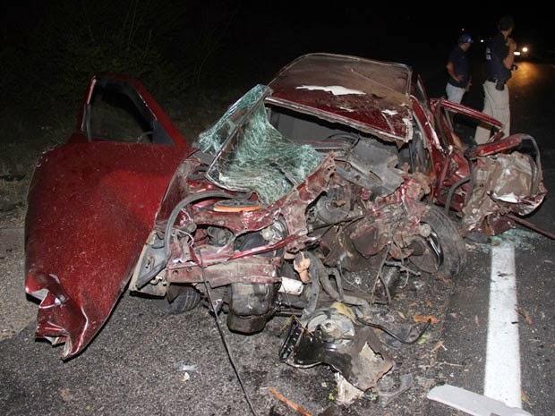 Carro de vereador ficou completamente destruído (Foto: Raimundo Mascarenhas / Calila Noticias)