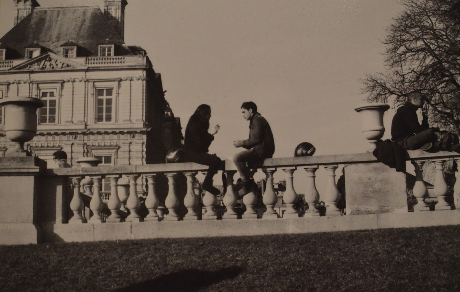 Photography: Couple sitting on wall in Luxembourg gardens, Paris