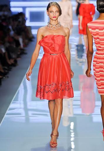 Червена рокля с бордюр от Christian Dior