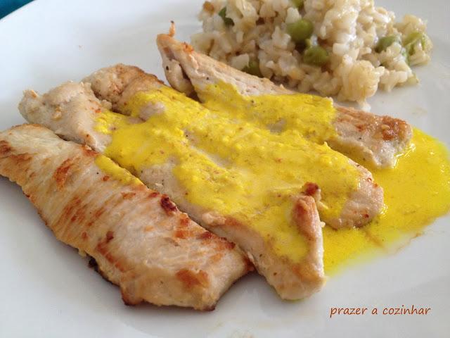 prazer a cozinhar - Bifes de frango com molho de iogurte e açafrão
