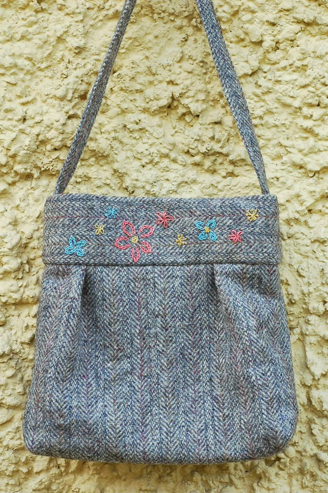 http://vickymyerscreations.co.uk/tutorial-2/embroidered-tweed-bag/