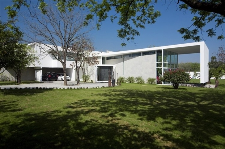 Front facade of Beautiful white house by 7xa Taller de Arquitectura