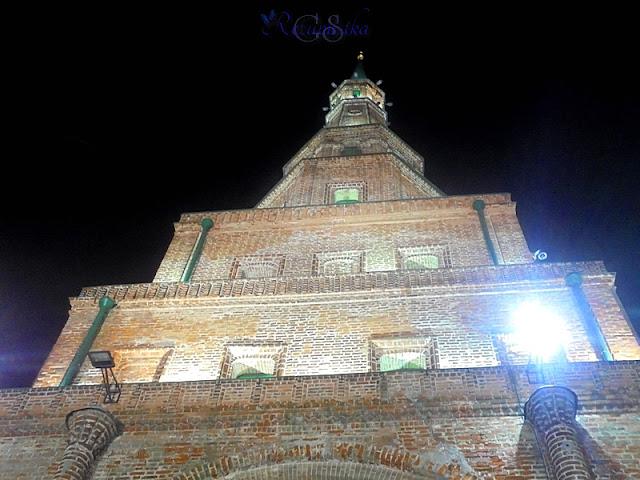 падающая башня возле кремля в Казани