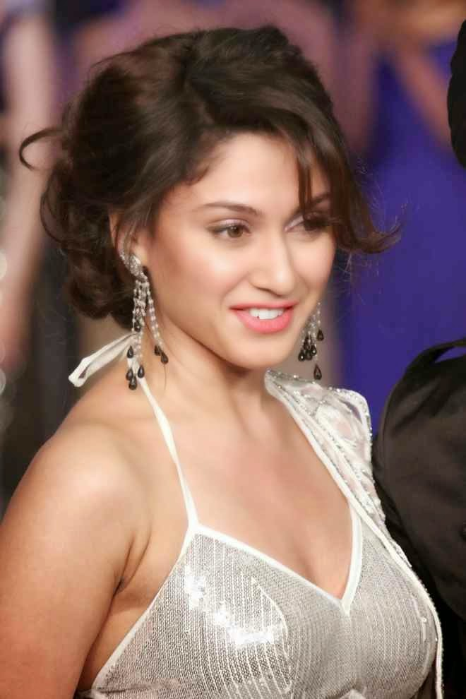 Manjari Phadnis Hot Cleavage And Navel Show HD Wallpapers