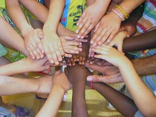 Manos de todas las etnias unidas. Fuente: Google