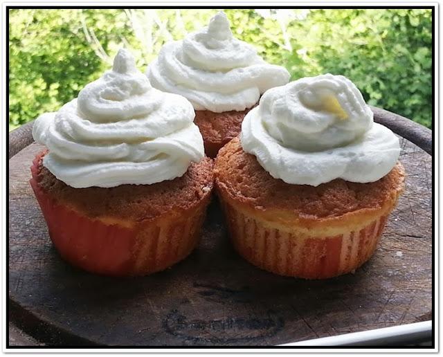 cupcake alla vaniglia con fragoline di bosco (raccolte da me!)