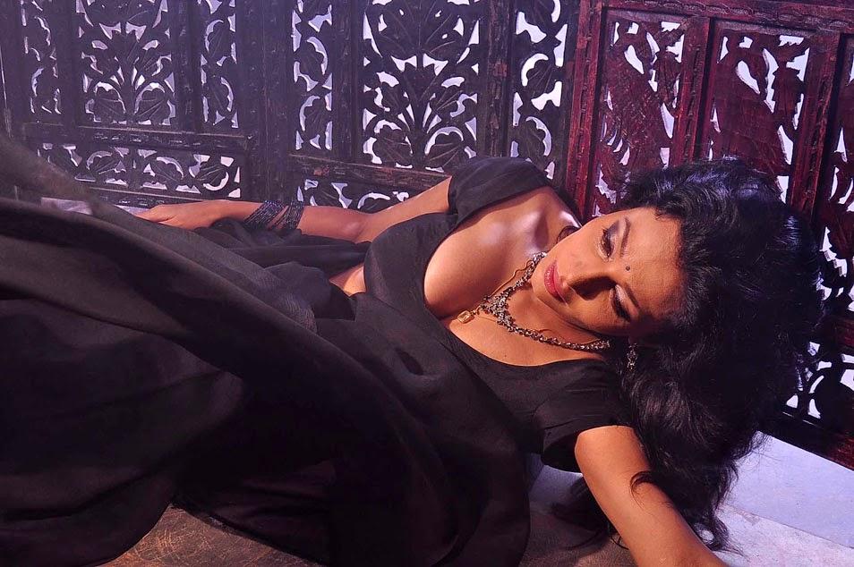 actress asha saini clevage