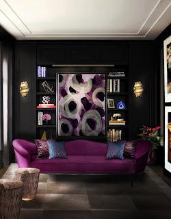 Salotto piccolo con colori scuri immagine