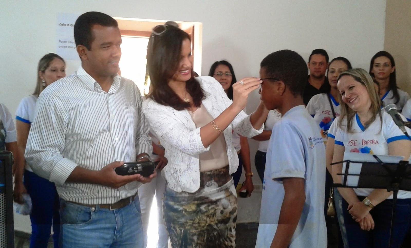 Ibipeba - Alunos recebem óculos em evento realizado pela Prefeitura