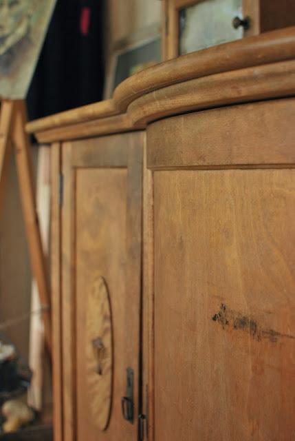 Mummonkammarityylinen piironki ateljeessa - Muonamiehen mökki