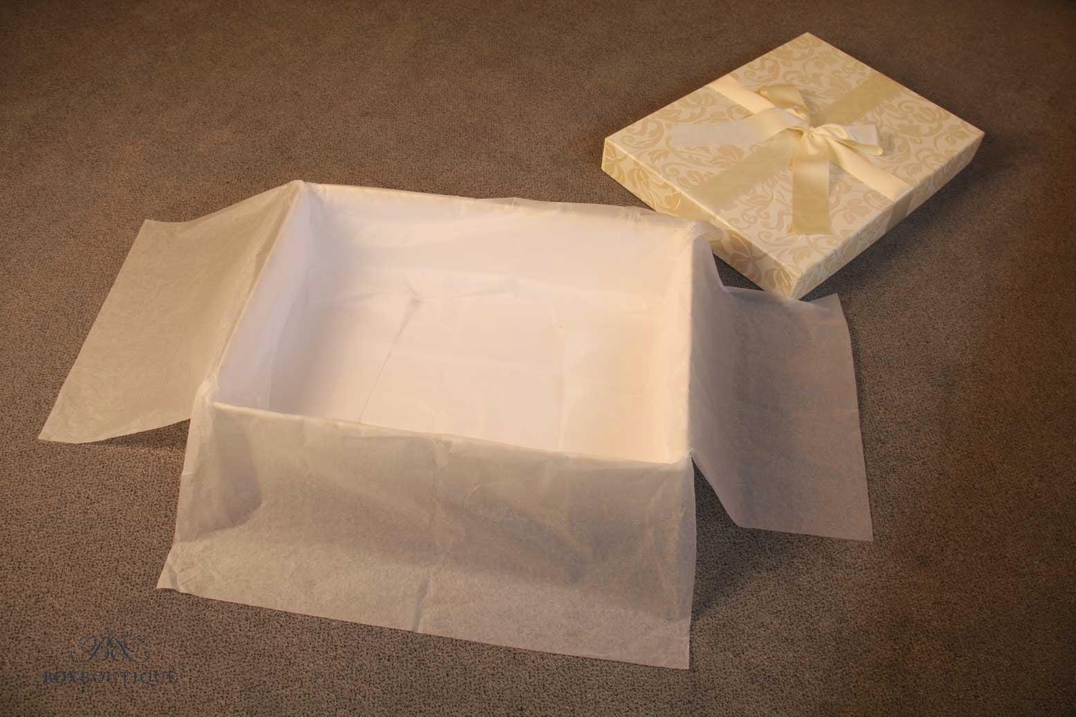Legen Sie die Brautkleidbox mit säurefreiem Seidenpapier aus.