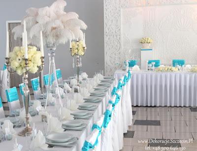 dekoracja sali weselnej w kolorze Tiffany Blue kwiaty i pióra