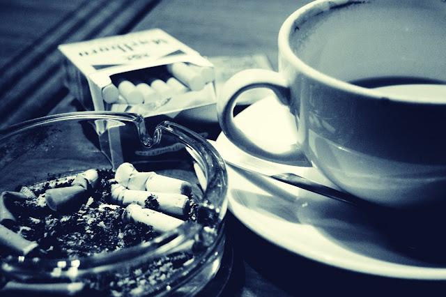 Um café e um cigarro.
