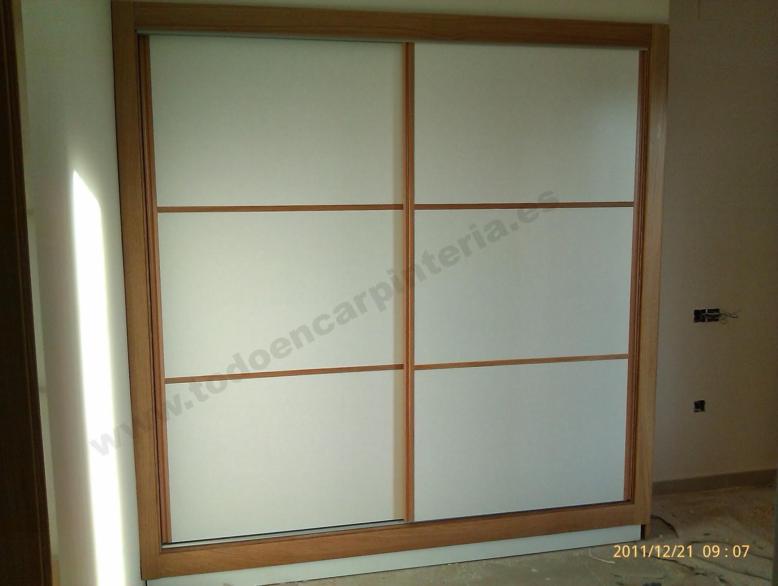 Puertas de armario japonesas blancas con roble.