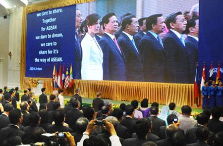 Thủ tướng Nguyễn Tấn Dũng và người đồng cấp Thái Lan không thể thiếu tham gia hội nghị cấp cao ASEAN 20 tại Phnom Penh - Ảnh: AFP