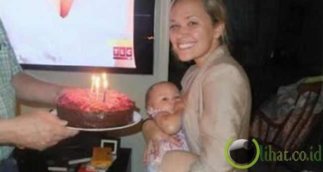 Foto ibu menyusui bayinya