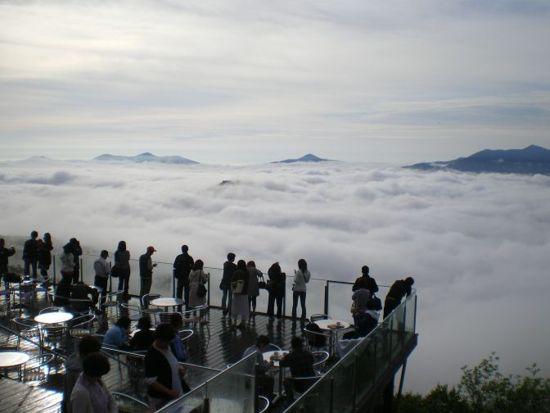 مكان لا يصدق فوق الغيوم مع إطلالة غاية في الروعة للبحر من أسفله ! Unkai-Terrace5.jpg
