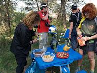 Fruits secs, sucs i aigua ens esperen en l'avituallament de la Cinglera de Cal Llop
