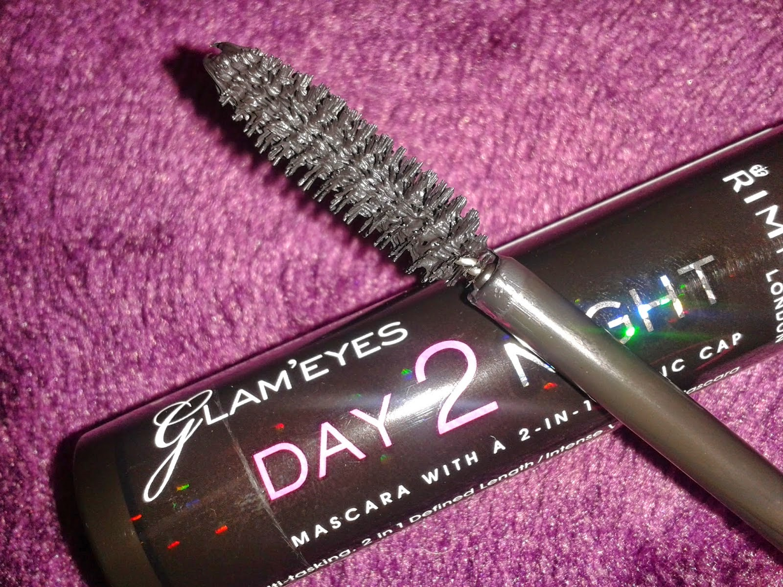 It drys pretty quickly, and doesn't flake throughout the day. At €10.19 in Boots, it's definitely worth a try :)